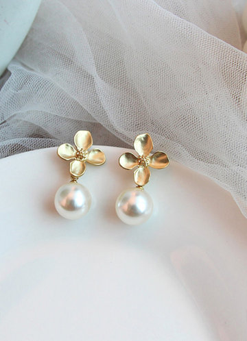 front_Clover and Pearl Drop Earrings