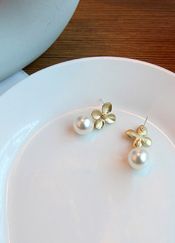 back_Clover and Pearl Drop Earrings